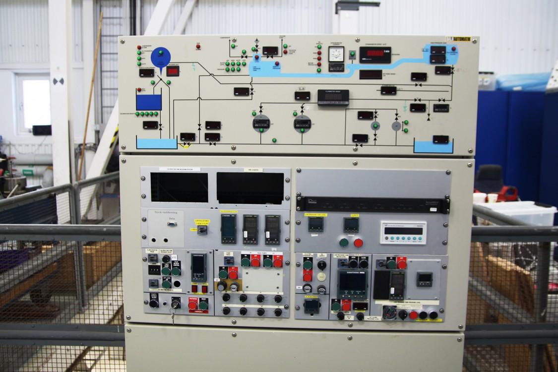 Den gamla operatörspanelen från när labbet kördes igång 1990 har nu ersatts med Simatic WinCC och plc-program.