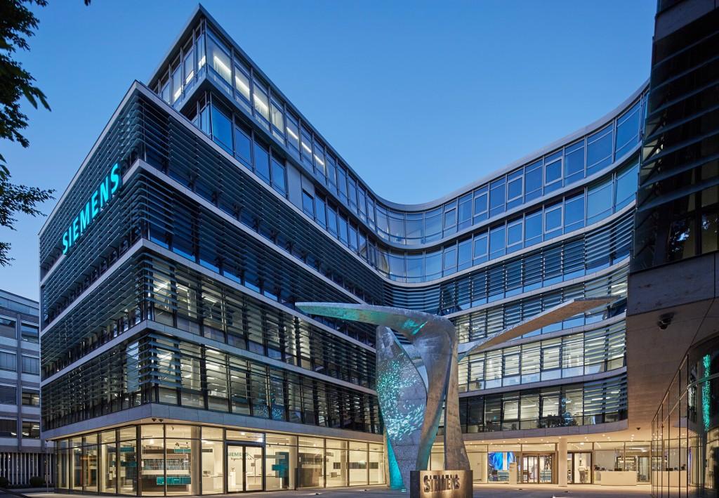 Libeskind-Skulptur leuchtet vor neuer Siemens-Zentrale