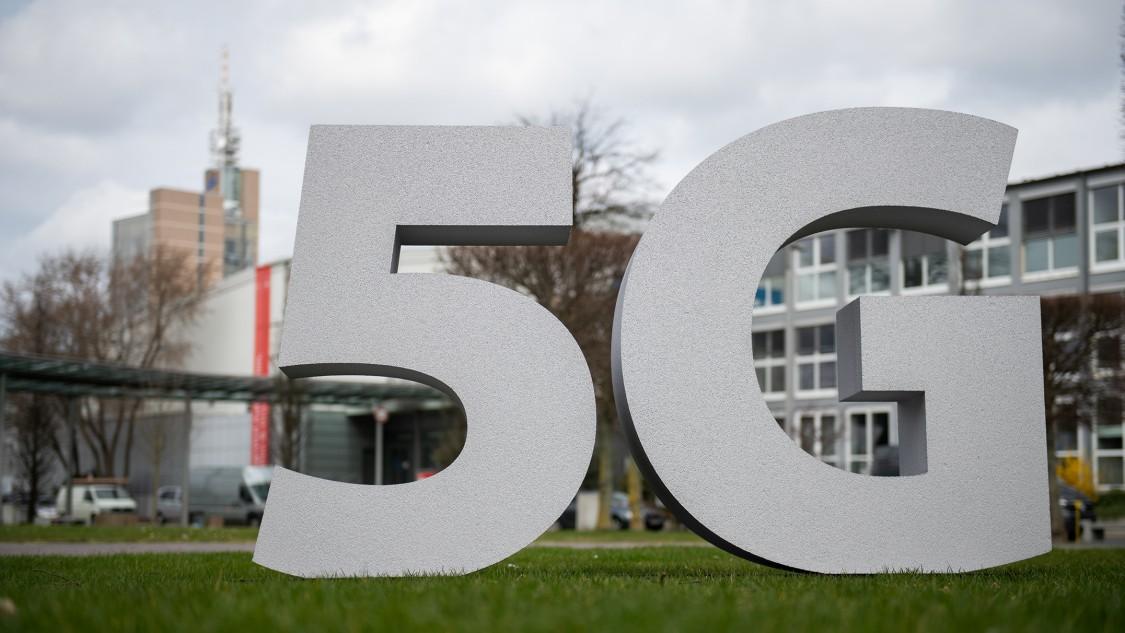 Deutsche Messe AG: Siemens baut privates 5G-Netz mit Fokus auf Industrieanwendungen in Messehalle auf