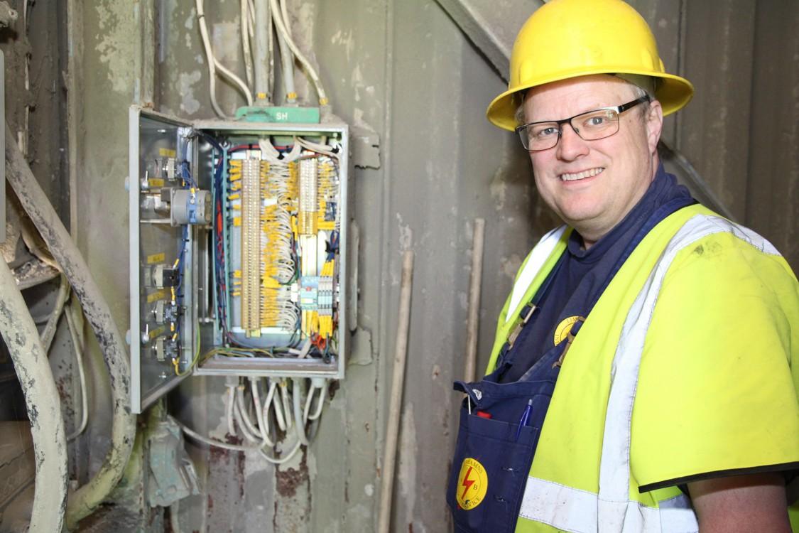 Tomas Knutsson, vd på och ägare av Limhamns Industriservice, vid en moderniserad manöverlåda.
