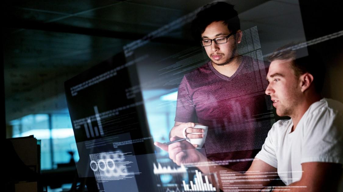 Zwei Experten prüfen ein System auf Cybersicherheit