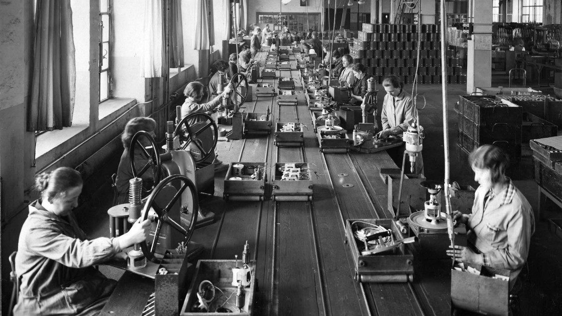 "Assembly line production of vacuum cleaners at the ""Elektromotorenwerk"" in Berlin, 1930"