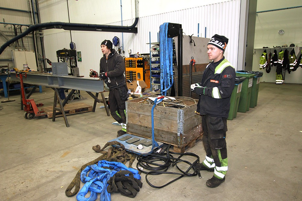 På 800 m² ryms både grovverkstad och finverkstad där bland annat skåpsbyggnation görs. Joakim Lundmark och Martin Sedig Bäck är servicetekniker på Cranex.