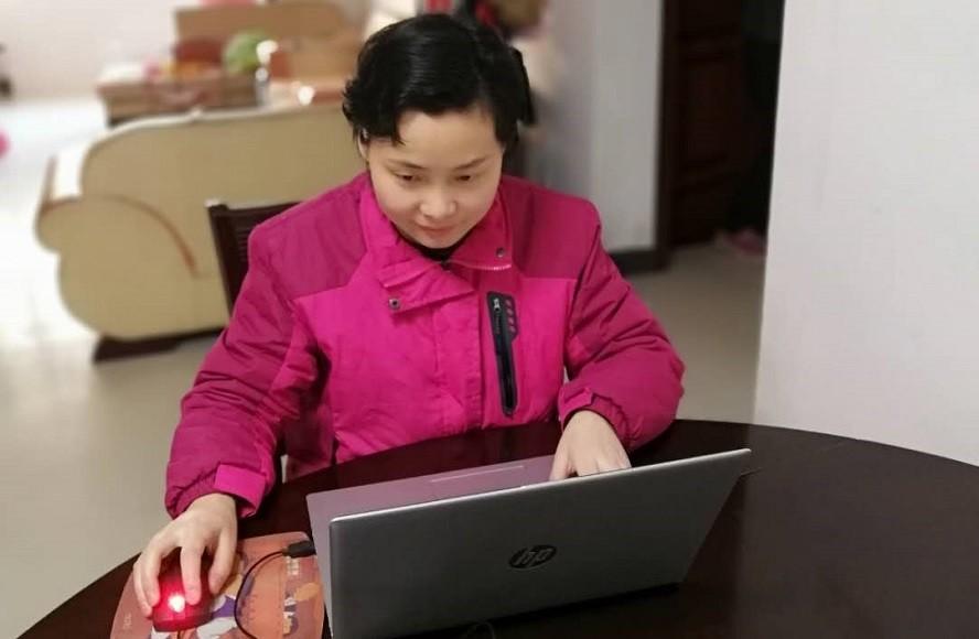 同事们春节期间在家紧急处理订单。