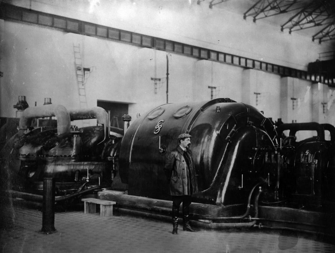 Elektrifizierung eines ganzen Landes – Turbogenerator von Siemens im Maschinensaal eines Kraftwerks zur Stromversorgung Moskaus, 1926