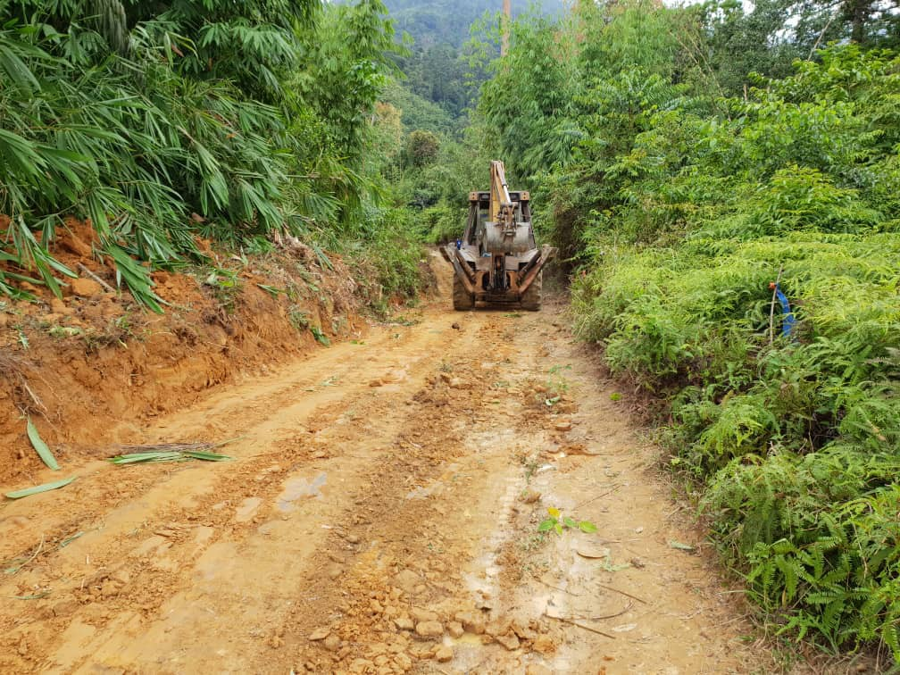 Clearing the road towards Kampung Sagong