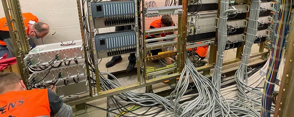 Siemens Techniker arbeiten an einer ZSL9-Anlage