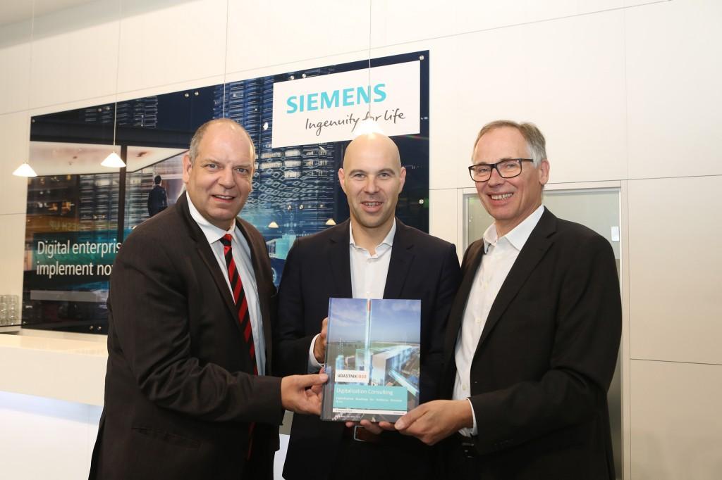 Von links nach rechts: Axel Lorenz, Leiter Sales & Vertical / Solutions, Engineering & Consulting, Siemens; CEO Peter Čas, Steklarna Hrastnik und Bernhard Saftig, Siemens.
