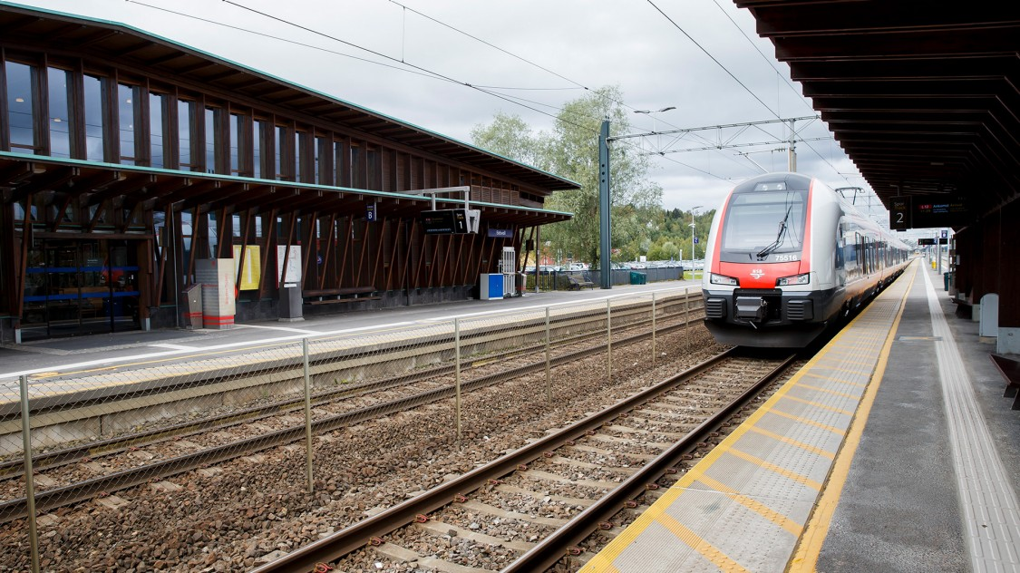 Ein Zug von Siemens fährt in den Bahnhof ein