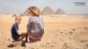 Mai-Britt Soendberg vor den Pyramiden von Gizeh mit ihrem Sohn