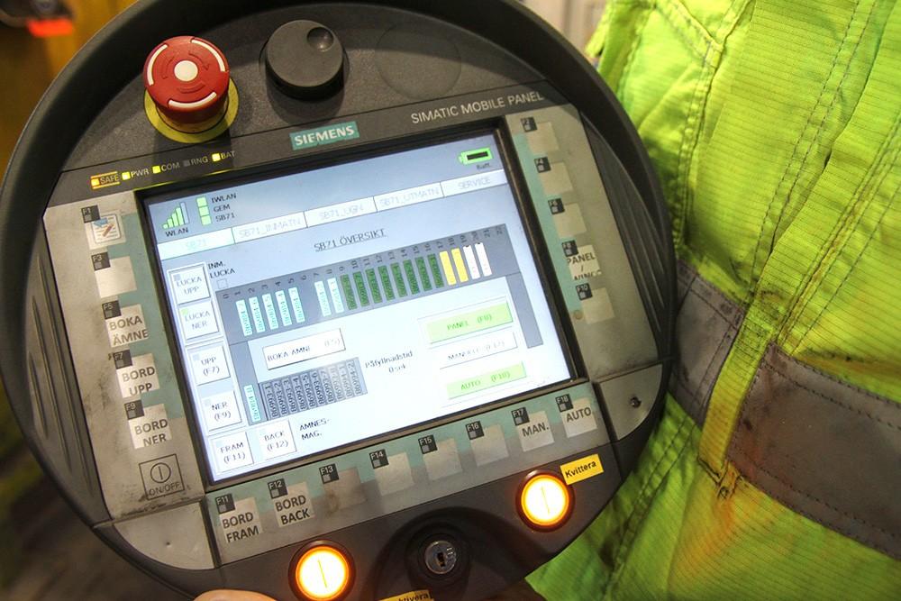 På den trådlösa mobila panelen, liksom på skärmarna i operatörsrummet, fås bland annat systemöversikt, hydraulscheman, diagnostik, materialföljning och grafisk visning av utlysta nödstopp. Simatic PCS 7 används för processtyrningen. Bör- och ärvärden taktar varandra; förändringar i processen speglas på skärmar och panel.