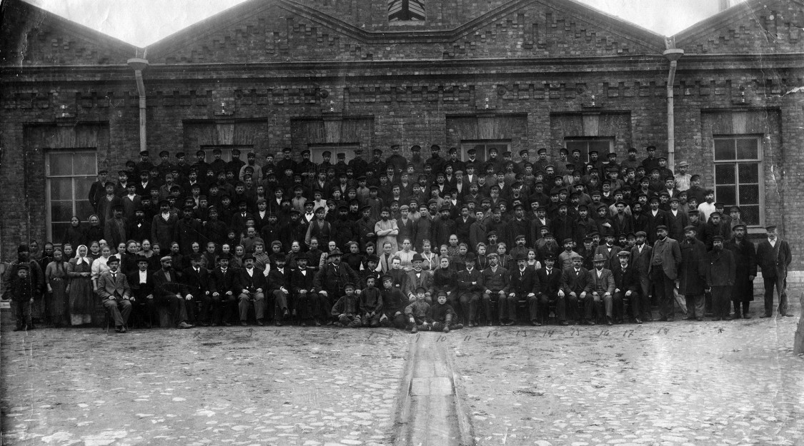 Kabelproduktion als Stütze des Russland-Geschäfts – Siemens-Mitarbeiter im Kabelwerk St. Petersburg, 1902
