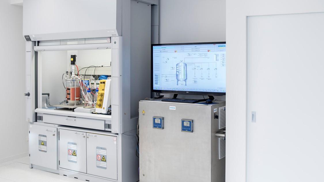 Mittels intelligenter Mess- und Automatisierungstechnik wird der Bioprozess überwacht.