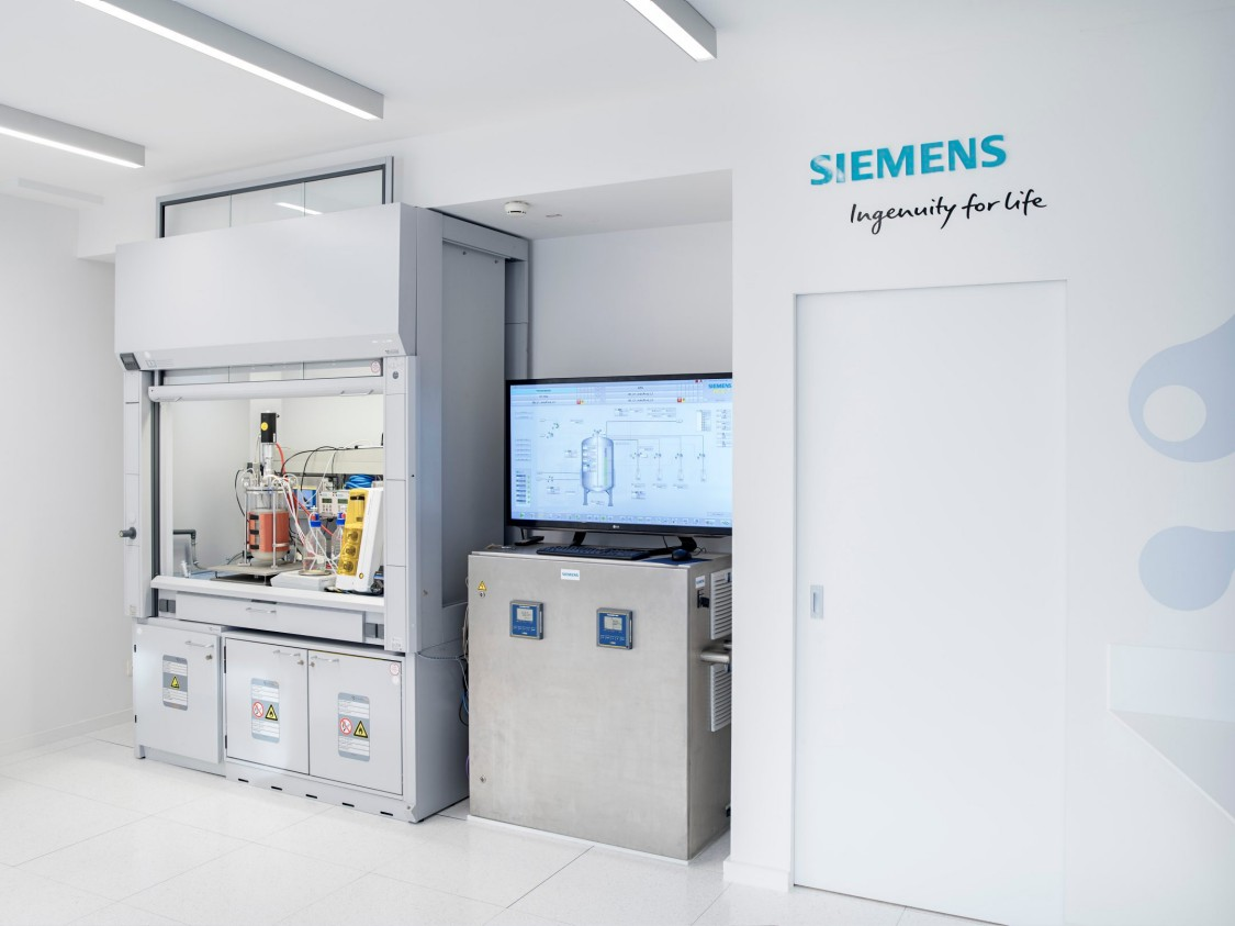 The bioprocess is monitored by means of intelligent measuring and automation technology.