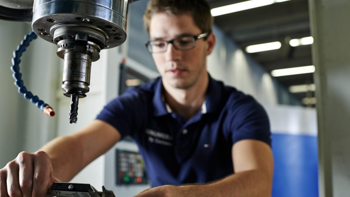 Facharbeiter an einer Fräsmaschine in der Werkstatt