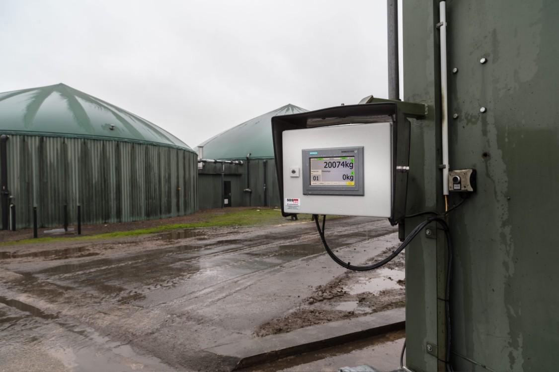 SIMATIC HMI Outdoor Panel mit Biogasanlage im Hintergrund