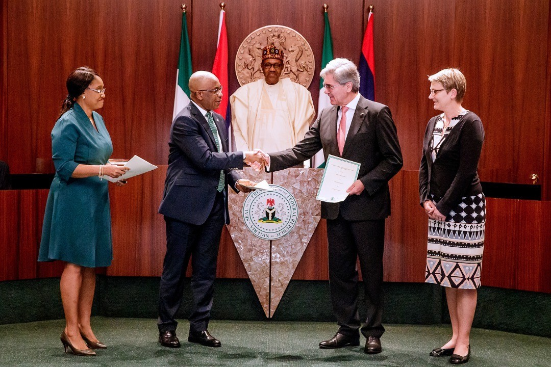 Signing of the Implementation Agreement for Nigeria in Abuja. From left to right: Onyeche Tifase, CEO Siemens Nigeria, Alex A. Okoh, Director General of Bureau of Public Enterprises, Joe Kaeser, President and CEO of Siemens AG and Regine Hess, German deputy ambassador to Nigeria.