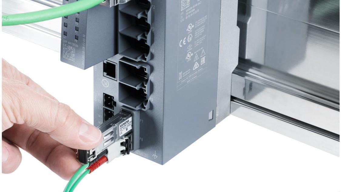 光ファイバーケーブルが取り付けられた、プラグイン付きのSCALANCE XC206-2SFP産業用イーサネット