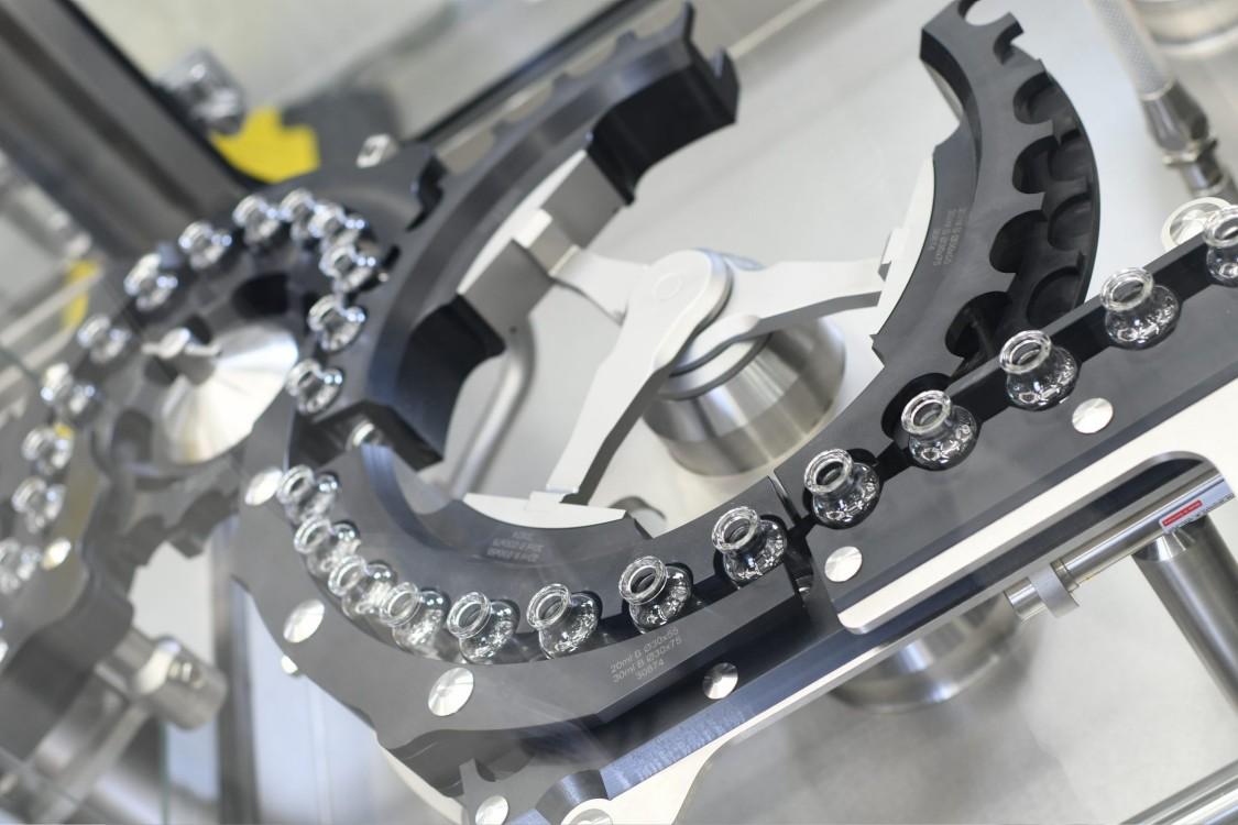 Flüssige Darreichungsformen werden üblicherweise in hochautomatisierten Produktionslinien gefertigt. Insbesondere die Produktion von Parenteralia muss vollständig in einer sterilen Umgebung erfolgen.
