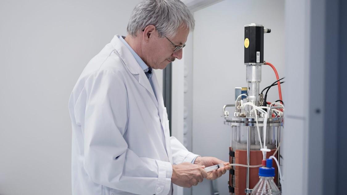 Siemens Mitarbeiter Martin Joksch bei der Arbeit im Siemens Bioprozesslabor.
