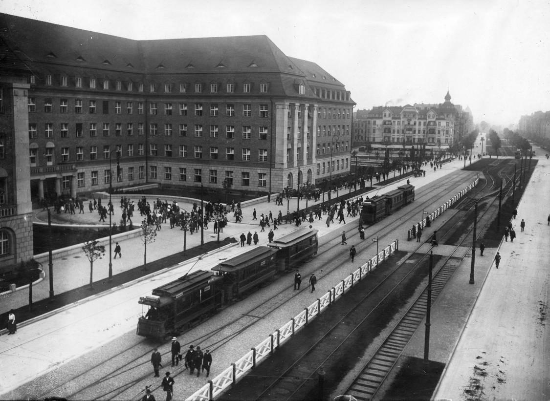 Siemensstadt, Straßenbahn vor dem Verwaltungsgebäude, 1914
