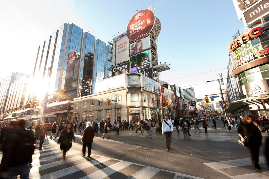 Foto de uma rua movimentada com várias pessoas