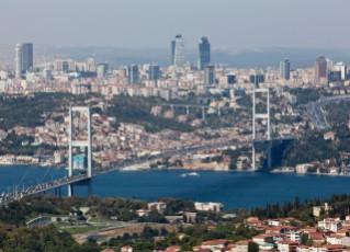 A imagem mostra uma das pontes suspensas existentes em Istambul que precisam desesperadamente de alívio do congestionamento do tráfego.