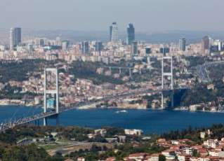 uma das pontes suspensas existentes em Istambul que precisam desesperadamente de alívio do congestionamento do tráfego