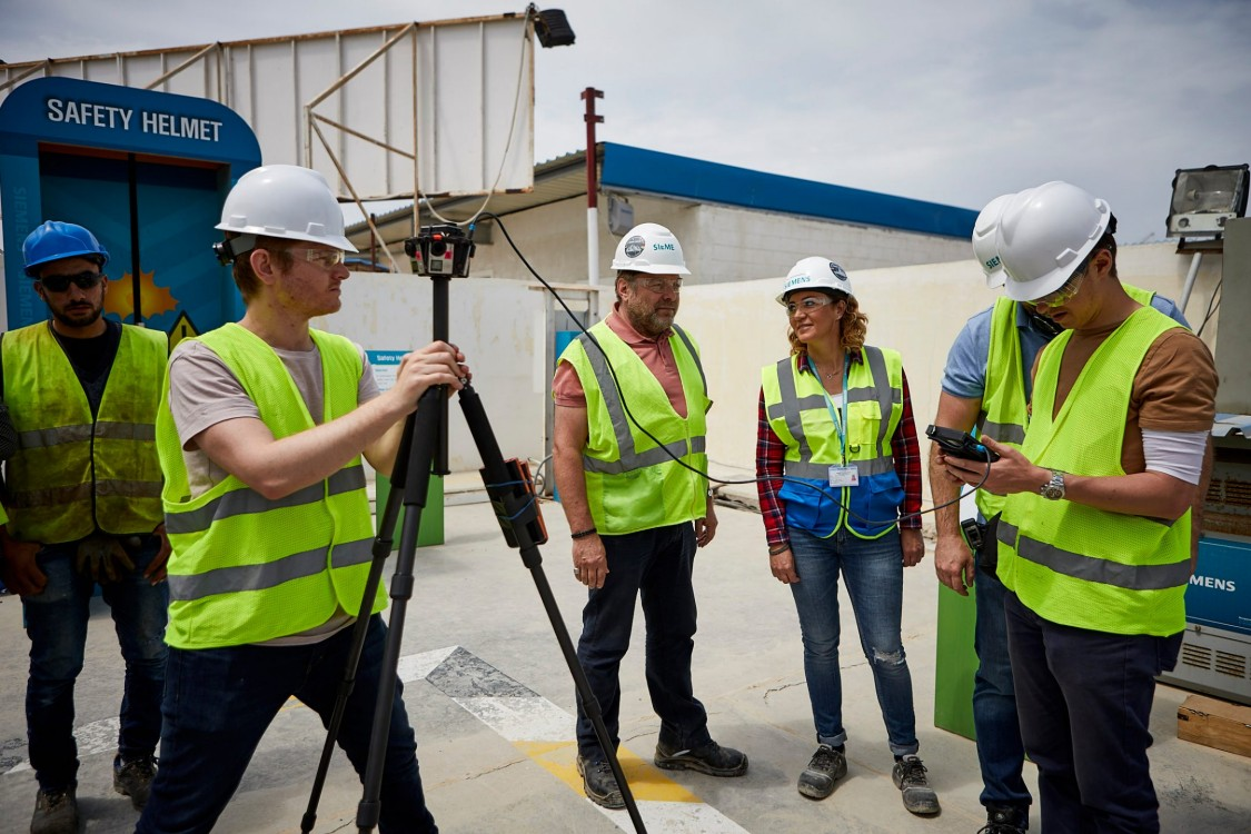 Mai-Britt Soendberg mit dem Film-Team bei Vorbereitungen hinter den Kulissen auf dem Gelände eines Kraftwerks des Mega-Projekts Ägypten.