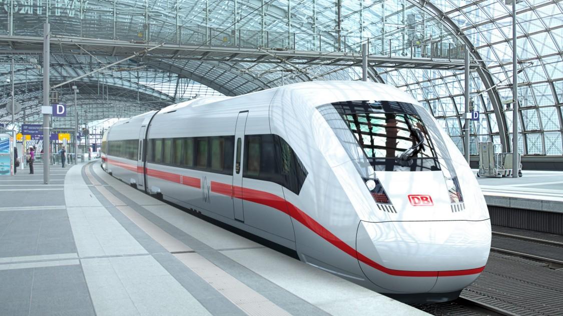Bild des ICE 4 der Deutschen Bahn in Diagonalansicht am Bahnsteig.