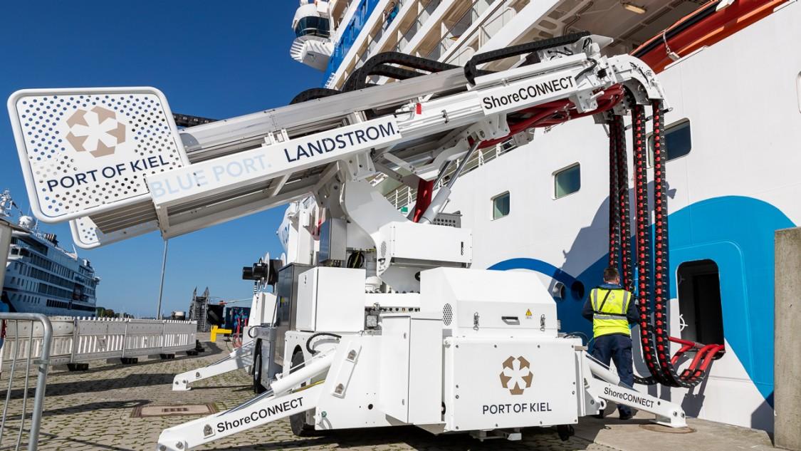 Die parallele Landstromversorgung für zwei Schiffe im Seehafen Kiel reduziert die Umweltbelastungen