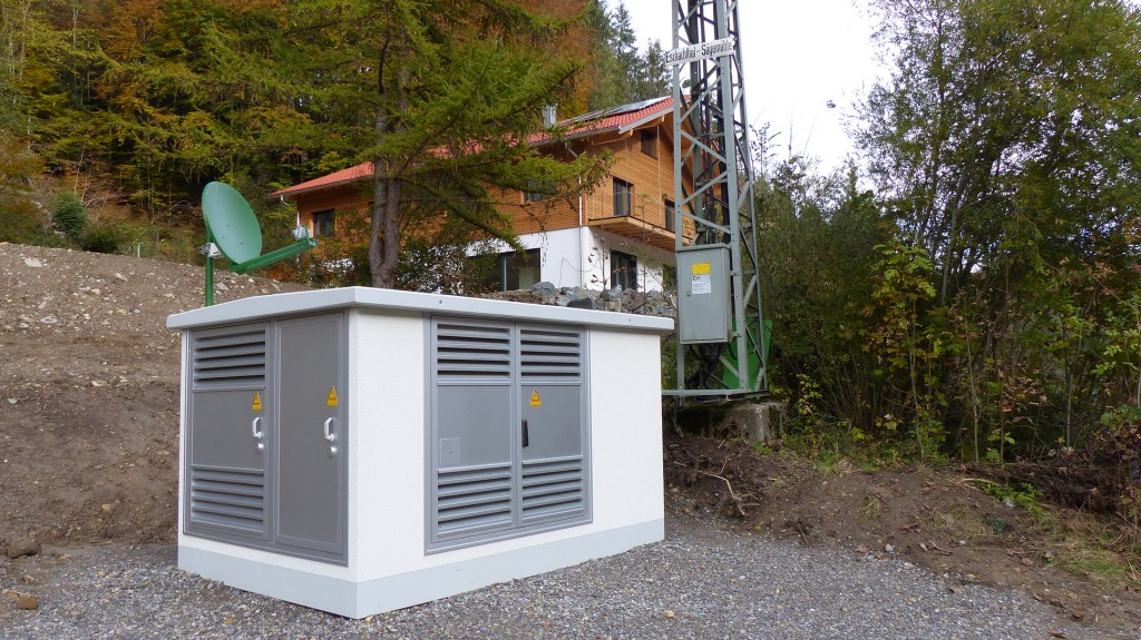 The innovative substation, which will connect the medium-voltage distribution grid and the low-voltage local grid in the town of Kreuzthal in the Oberallgäu region, is now being tested under real-life conditions