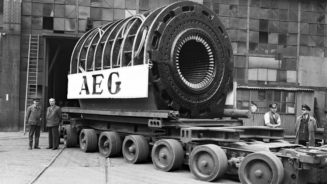 Die Fertigung in der Montagehalle mit ihren durch provisorische Behelfslösungen notdürftig reparierten Fenstern kann bis April 1945 aufrechterhalten werden. (Foto 1944)