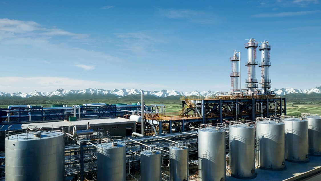 Blick auf einen Fertigungsstandort der Cathay Industrial Biotech Ltd. im chinesischen Wusu. Blauer Himmel über den in der Biotechnologie typischen Silos, Kesseln und Rohrleitungen.