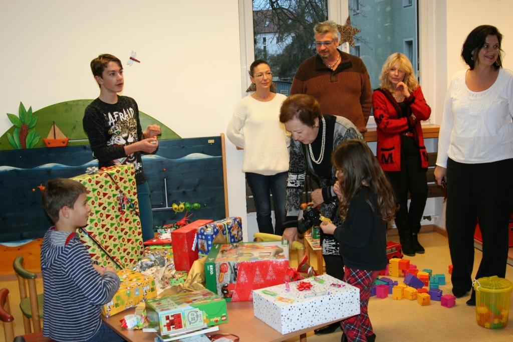 Kinder beim Auspacken von Geschenken
