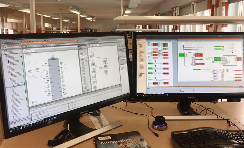 En Simatic S7-1500F-plc kommunicerar med Simit via en Simit Unit, en så kallad HiL-lösning (hardware in the loop). I Simit beskrivs processen i form av logiska beteendemoduler. Vissa av dessa moduler kommer även att visas visuellt i Process Simulate medan andra inte visas i Process Simulate men är en del av automationslösningen. För automationsingenjören är det alltså viktigt att kunna simulera både det som kommer visas visuellt i Process Simulate för eventbaserad simulering men även funktioner såsom safety, göra förreglingar för att underlätta för simuleringsingenjörer för att de ska kunna testa det som önskas för tillfället och felansättningar för att testa larmer och som inte är del av visualisering i Process Simulate etc. Enklare animeringar av vridbord i detta fall har gjorts i Simit för att underlätta automationsingenjörens arbete. Även kommunikation till överordnat system simuleras i Simit.