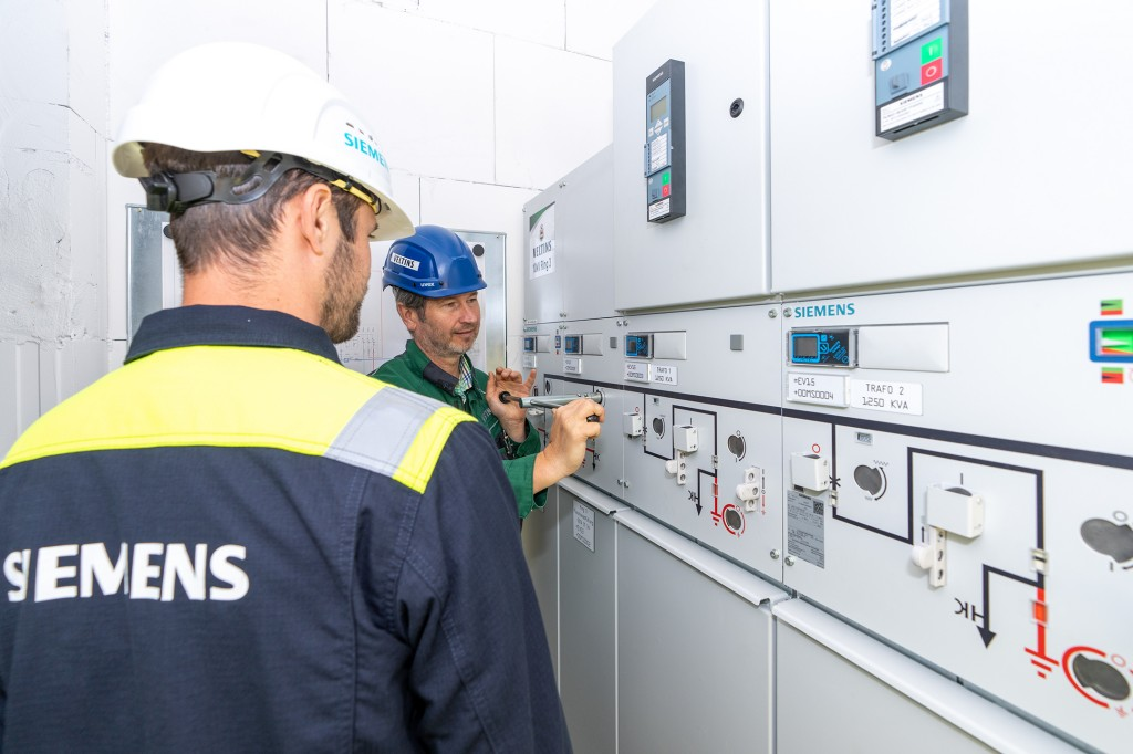 Veltins Brewery chooses sustainable electrification solution from Siemens for new bottling plant and equips the new brewery building with Siemens power distribution technology for medium and low voltage. An innovative fluorine gas-free medium-voltage switchgear contributes to greater sustainability. Digitalized low-voltage technology increases safety, efficiency and economy in operation.