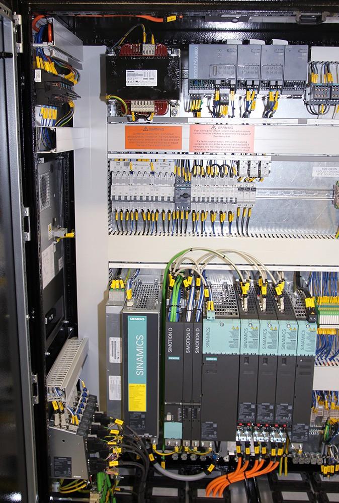 Driftsäker styrning med bland annat servosystemet Sinamics S120, Motion Control-systemet Simotion D och Sitop för strömförsörjning och avbrottsfri kraft.