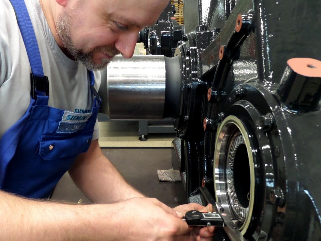 Qualitätsprüfung Bahngetriebe von Siemens.