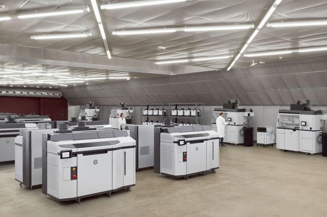Die neue 3D-Druck-Lösung HP Multi Jet Fusion 5200 im Einsatz in der Industrie (Copyright: HP)