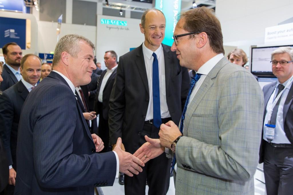 Innotrans 2016: Verkehrsminister Dobrindt besucht Siemens-Stand