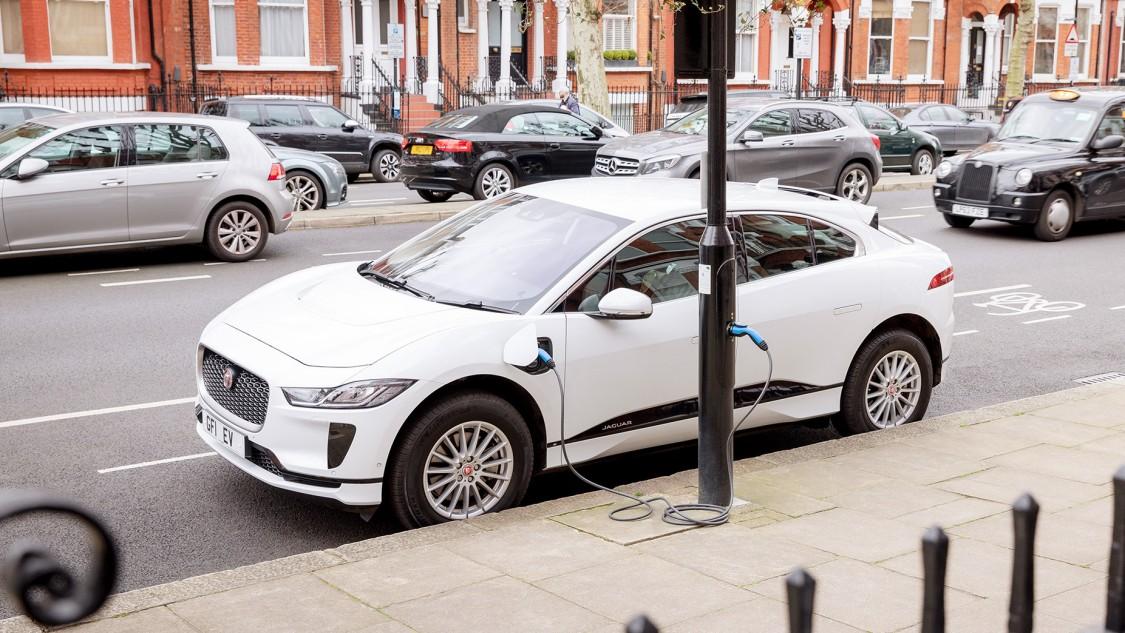 """In London """"tankt"""" ein Elektroauto an einer Strassenlaterne."""