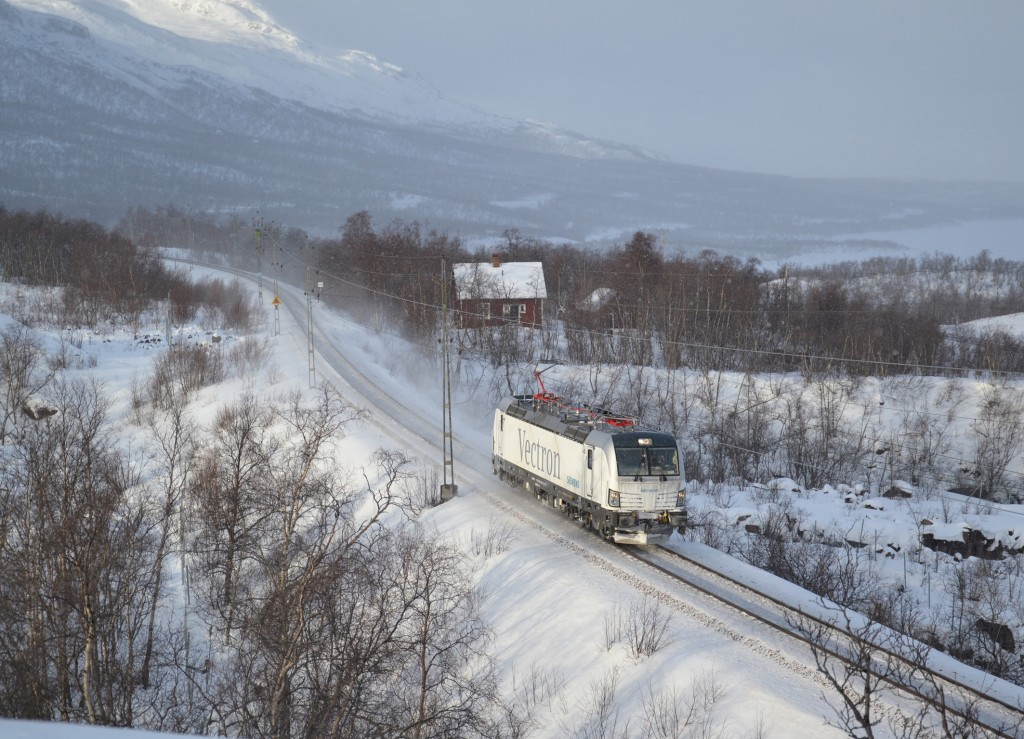 The photo shows the Vectron AC variant during a test trip south of Torneträsk, Sweden, in February 2012.