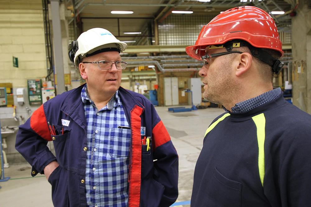 Safety first – SMT har fått tillförlitlig, robust och säker kommunikation som klarar tuffa industrimiljöer. Per Jonsson på konstruktionsavdelningen Utveckling & Expertis på SMT och Patrik Moberg, promotor på Siemens.