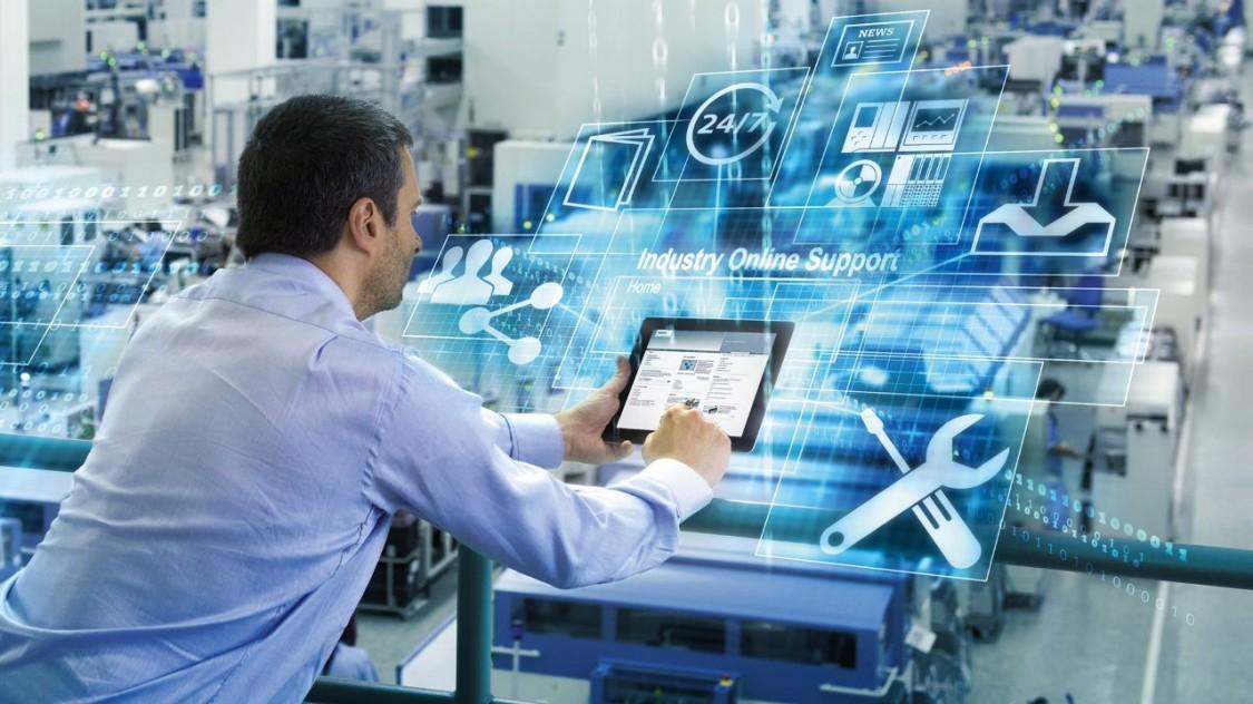 Ein Mann sieht auf sein Tablet; im Hintergrund überlagern digitale Symbole das Bild, die für Digitalisierung in der Automatisierung von Verteilnetzen stehen.