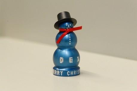 boneco de neve com chapéu e cachecol vermelho feito com alumínio na cor azul feito em cnc