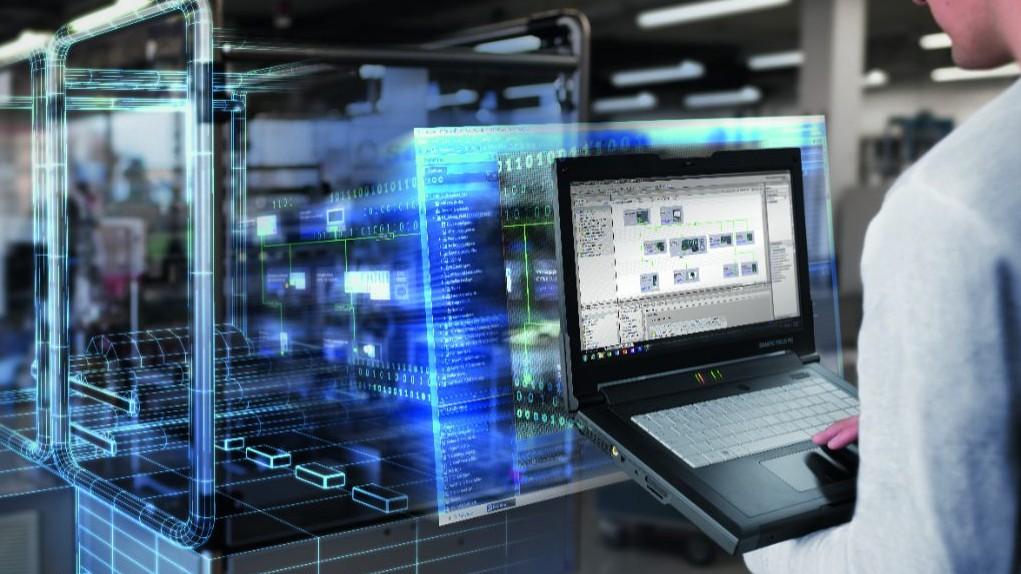 Człowiek pracującacy w środowisku przemysłowym na laptopie SIMATIC Field PG