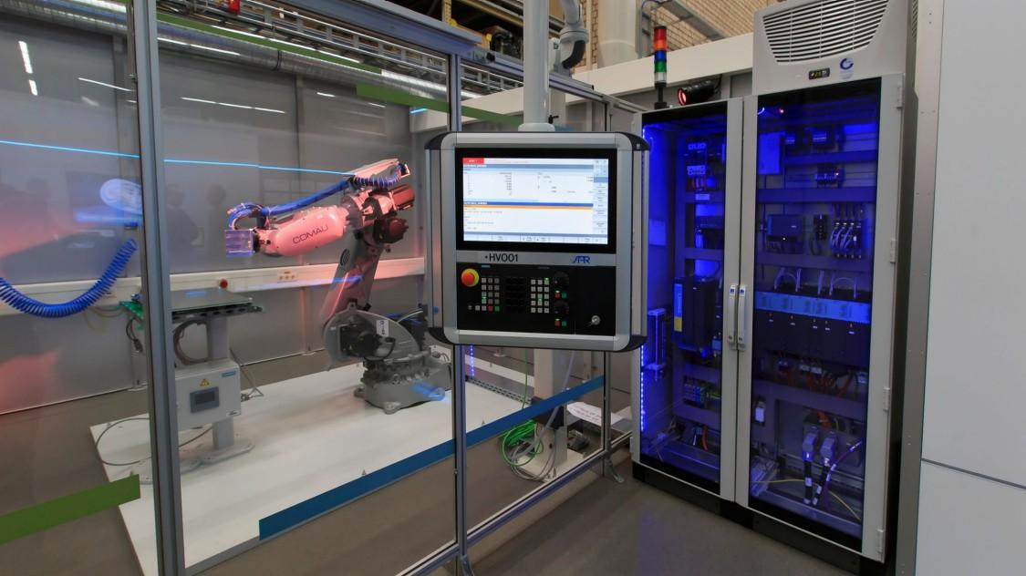Erleben Sie eine Live-Vorstellung des Mehrachs-Materialextrusions-Roboters von Comau