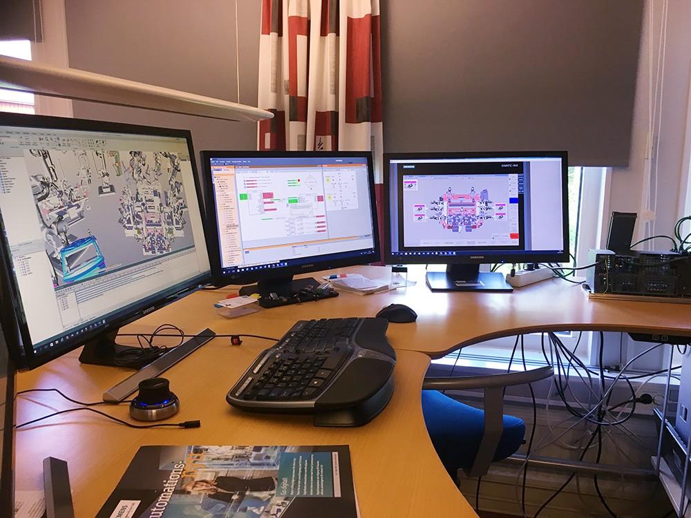 Disciplinerna simulerings- och automationsingenjören samverkar här i kontorsmiljö för att kunna identifiera problem tidigt i projektet, testa av och optimera lösningen. Här ses produktionsprocessen i Process Simulate som kommunicerar med Simit via OPC UA. Simit i sin tur kommunicerar med plc:n som då styr processen i Process Simulate. Det finns olika kopplingar mellan Simatic S7-1500-systemen och Process Simulate. ÅF valde Simit mellan styrsystem och Process Simulate då de för ett antal år sedan även implementerade automationen som helhet i sin arbetsprocess och metodik för simulering.