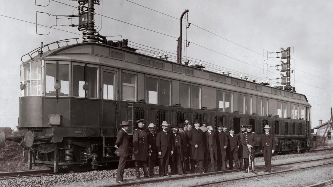 Представники «Товариства для вивчення питання про електричні швидкісні залізниці» у швидкісного локомотива Сіменс, 1903 рік